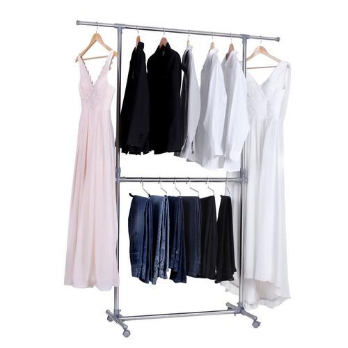 Un portant à vêtements qui exploite la hauteur sous plafond