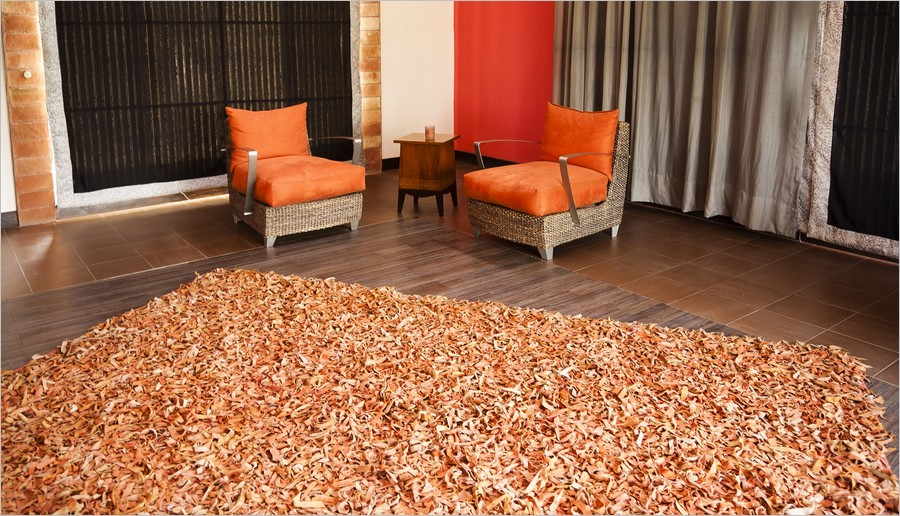 Un tapis de salon orange
