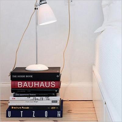 Une pile de livres en guise de chevet