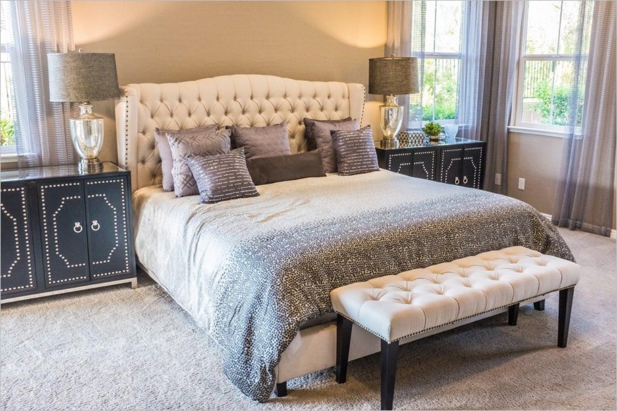 Grand lit dans une chambre
